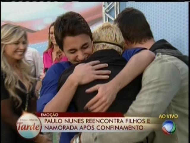 28.ago.2013 - Paulo Nunes reencontra filhos no