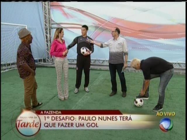 28.ago.2013 -Paulo Nunes foi desafiado a bater pênaltis durante o programa