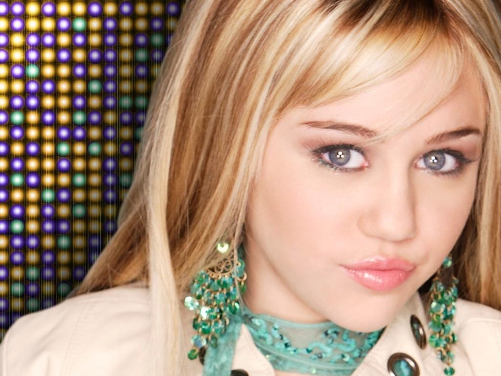 A jovem Miley conquistou o público jovem aos 13 anos, como Hannah Montana, personagem que dava nome à série que ficou no ar entre 2006 e 2011. Filha da estrela country Billy Ray Cyrus, a menina já tinha a música correndo em suas veias, o que a ajudava bastante na hora de soltar a voz ao longo das temporadas