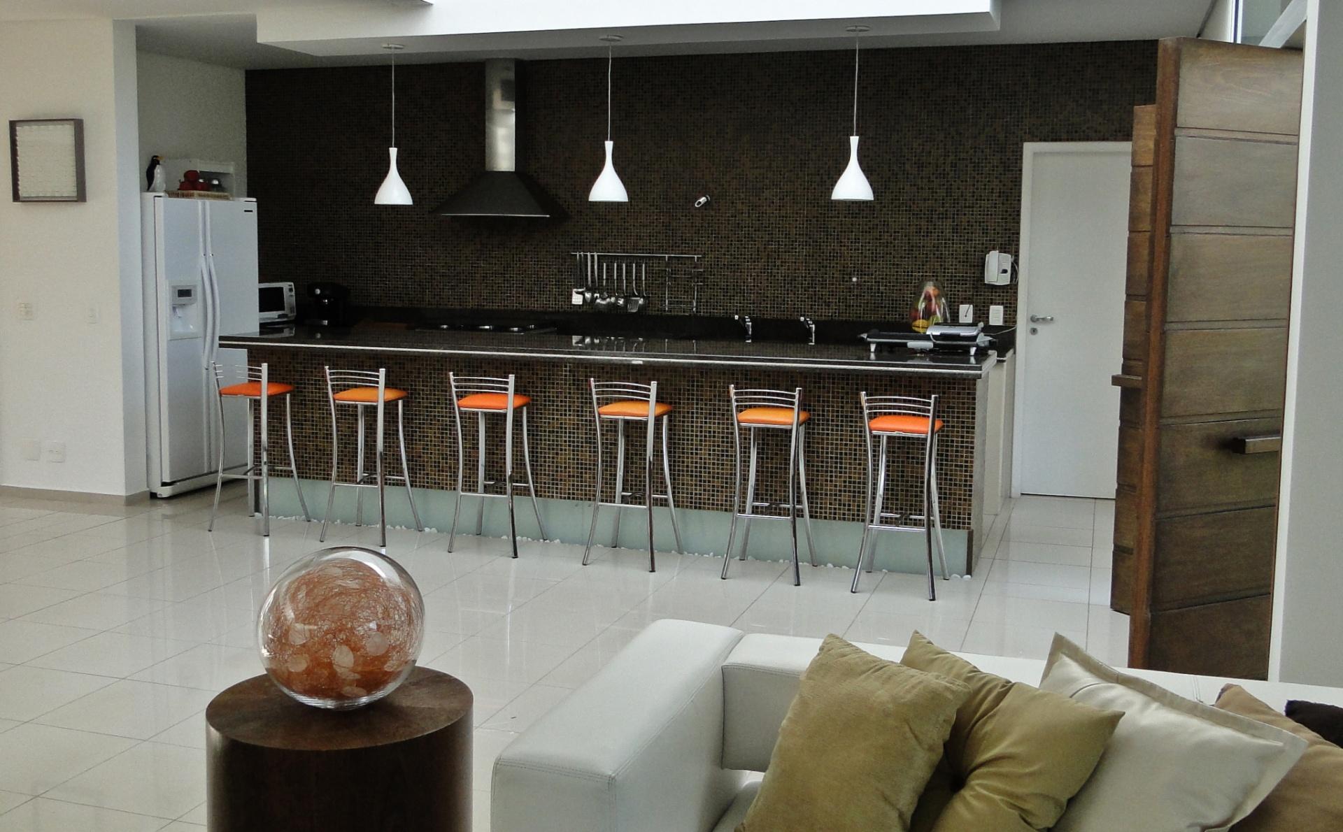 Na cozinha completamente aberta para as salas o balcão fica sob o  #B1571A 1920 1190