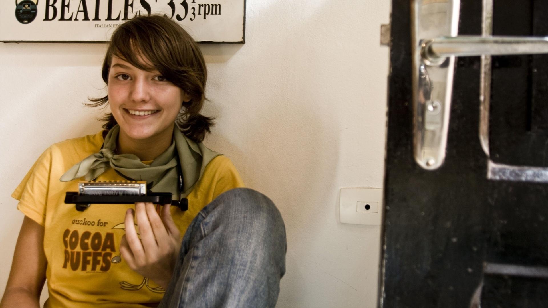 Com um ar avoado e inocente, Mallu Magalhães fez sucesso no MySpace com quatro músicas que gravou com o dinheiro recebido de presente no seu aniversário de 2007.