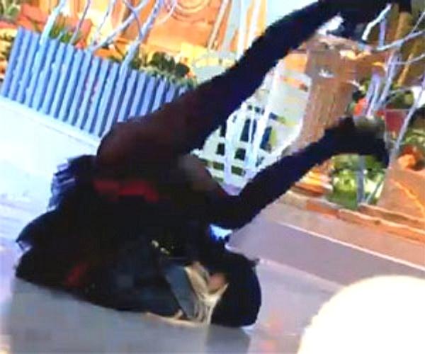 """28.ago.2013 - Bárbara Evans mostrou que também sabe fazer o """"quadradinho de oito"""""""