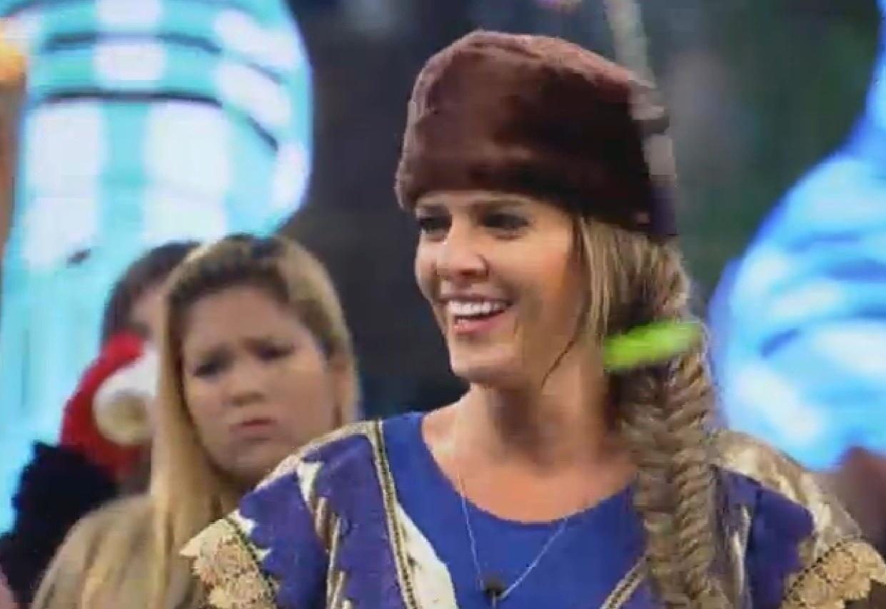 28.ago.2013 - Denise Rocha sorri durante a festa Russa