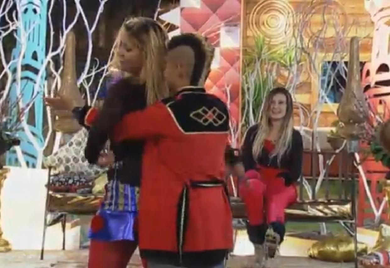 28.ago.2013 - Mulher Filé não dá condições para Yudi Tamashiro beijá-la