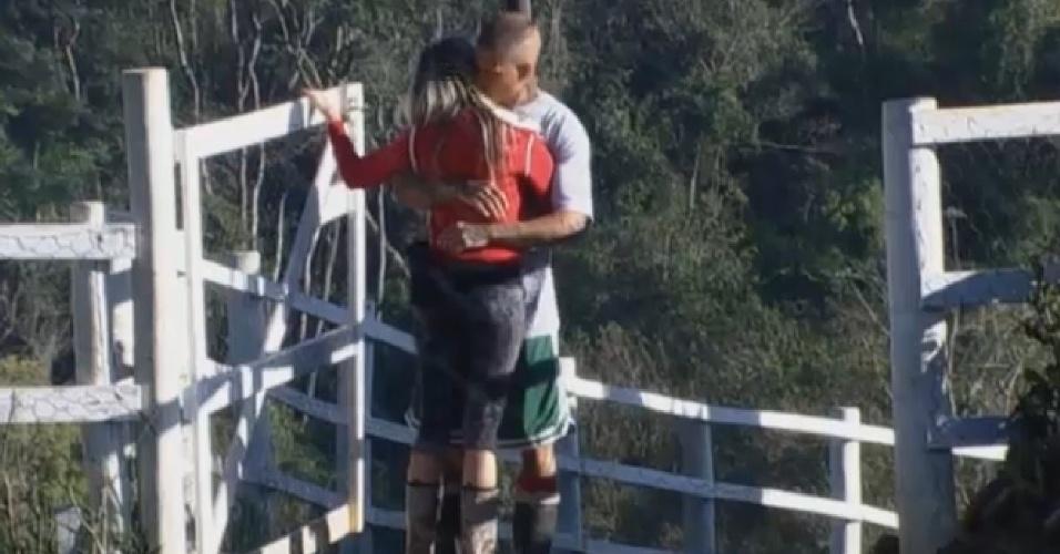 29.ago.2013 - Bárbara Evans e Mateus Verdelho se abraçam na manhã desta quinta-feira