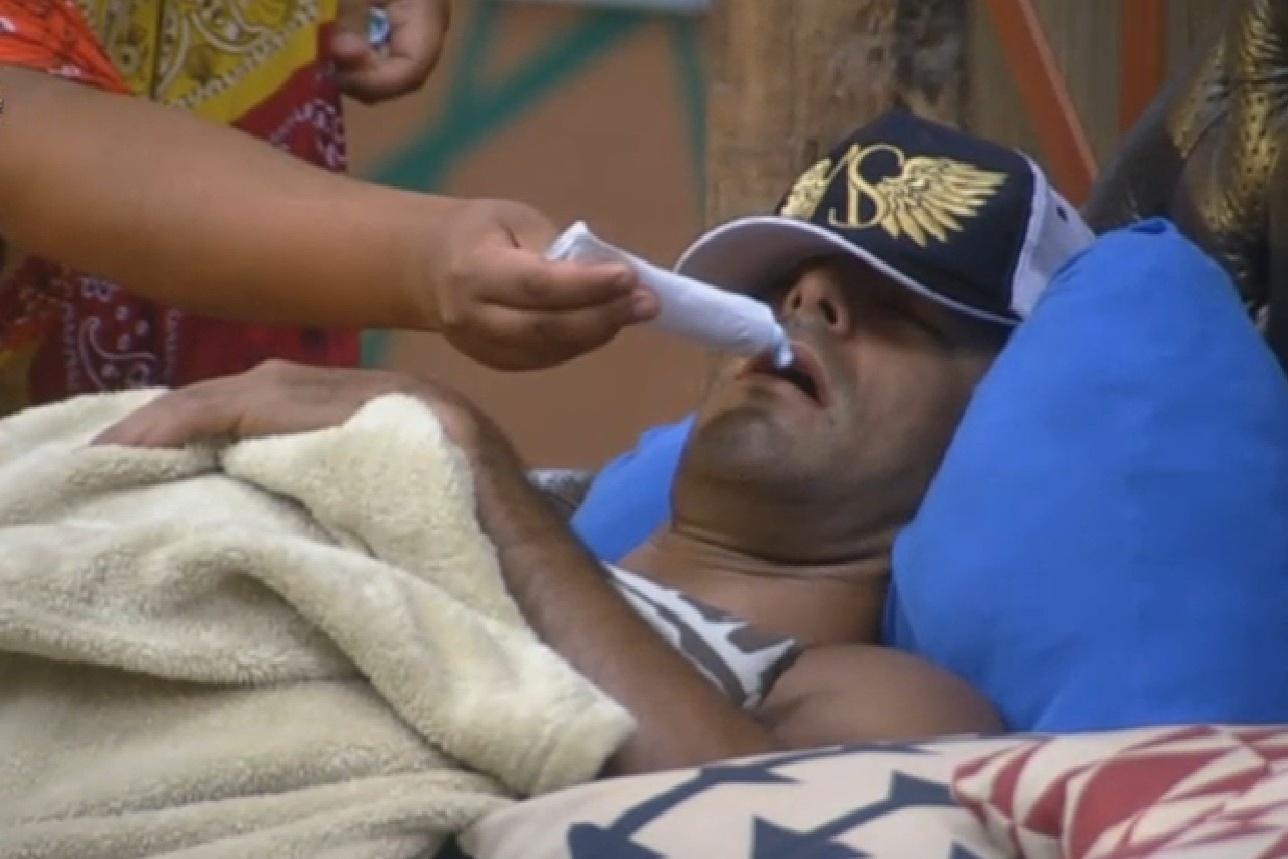 29.ago.2013 - Beto Malfacini cochila e Gominho coloca pasta de dente na boca do modelo
