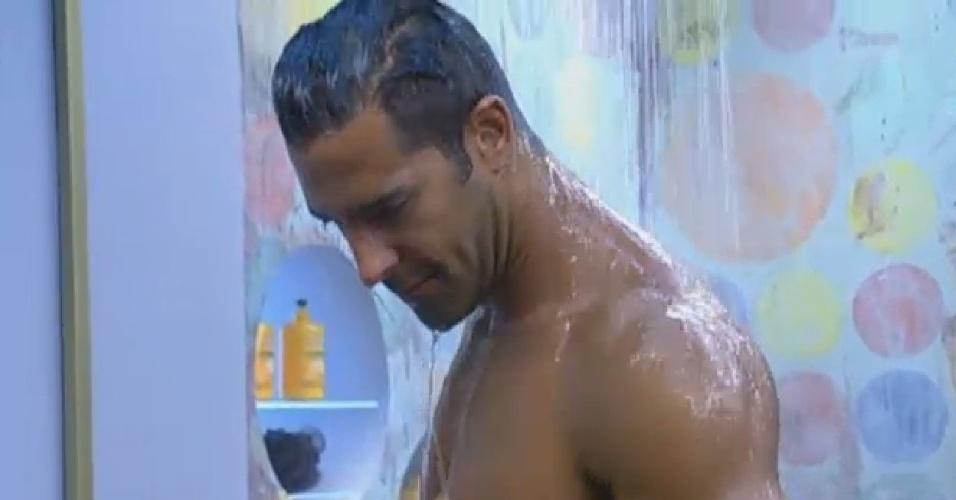 29.ago.2013 - Beto Malfacini mostra músculos durante banho