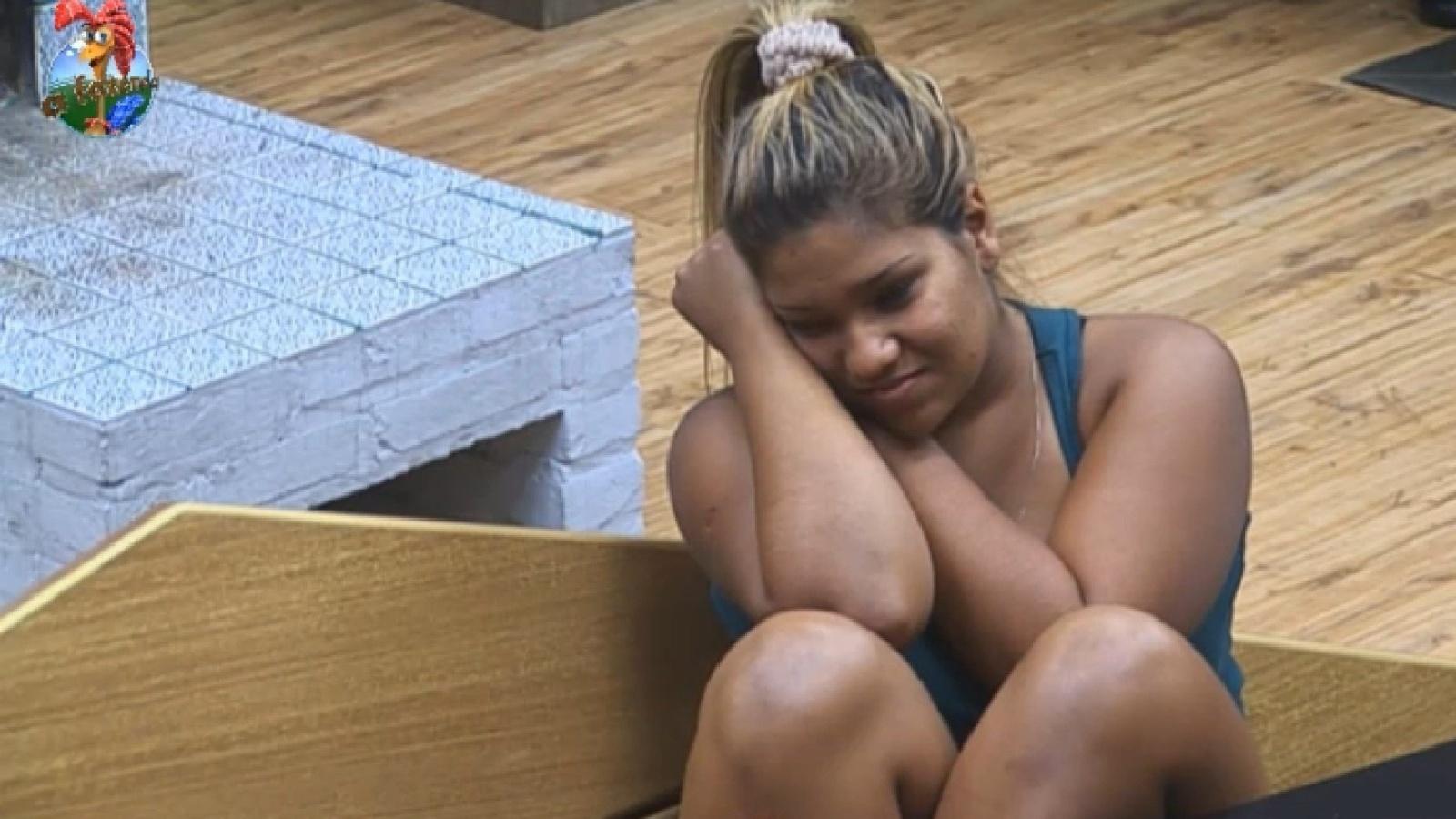 29.ago.2013 - De ressaca, Mulher Filé conversa com os outros peões na manhã desta quinta-feira
