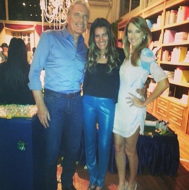 Andréa posa com Roberto Justus e Ticiane Pinheiro na festa de Rafaella Justus, que aconteceu no início de agosto
