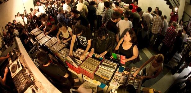 Fãs de vinil em feiras de discos em SP