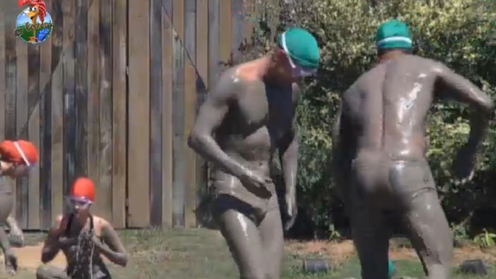 30.ago.2013 - Mateus Verdelho e Beto Malfacini participam de atividade na lama