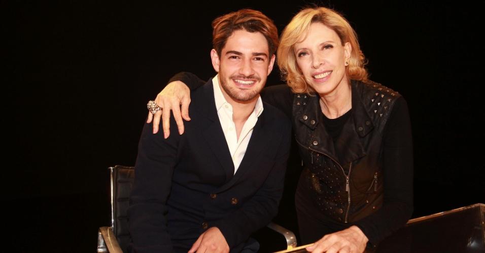 30.ago.2013 - Alexandre Pato posa com Marília Gabriela no