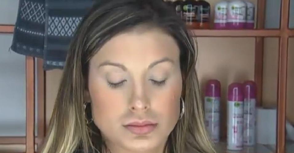 30.ago.2013 - Andressa Urach faz sua maquiagem ao acordar