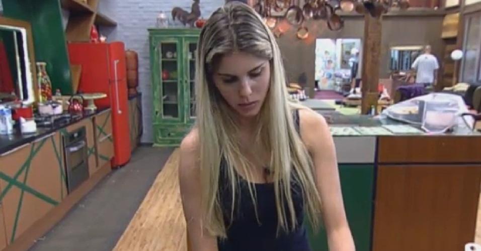 30.ago.2013 - Bárbara Evans lava louça e reclama de Denise