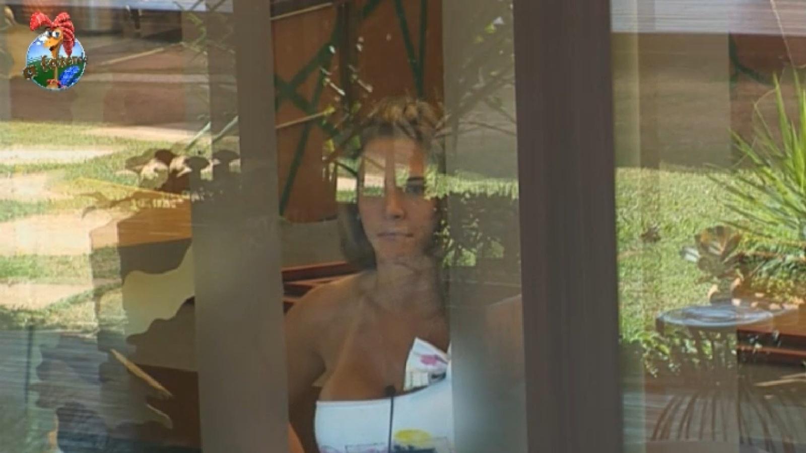 30.ago.2013 - Da casa, Denise Rocha observa peões aproveitarem almoço oriental