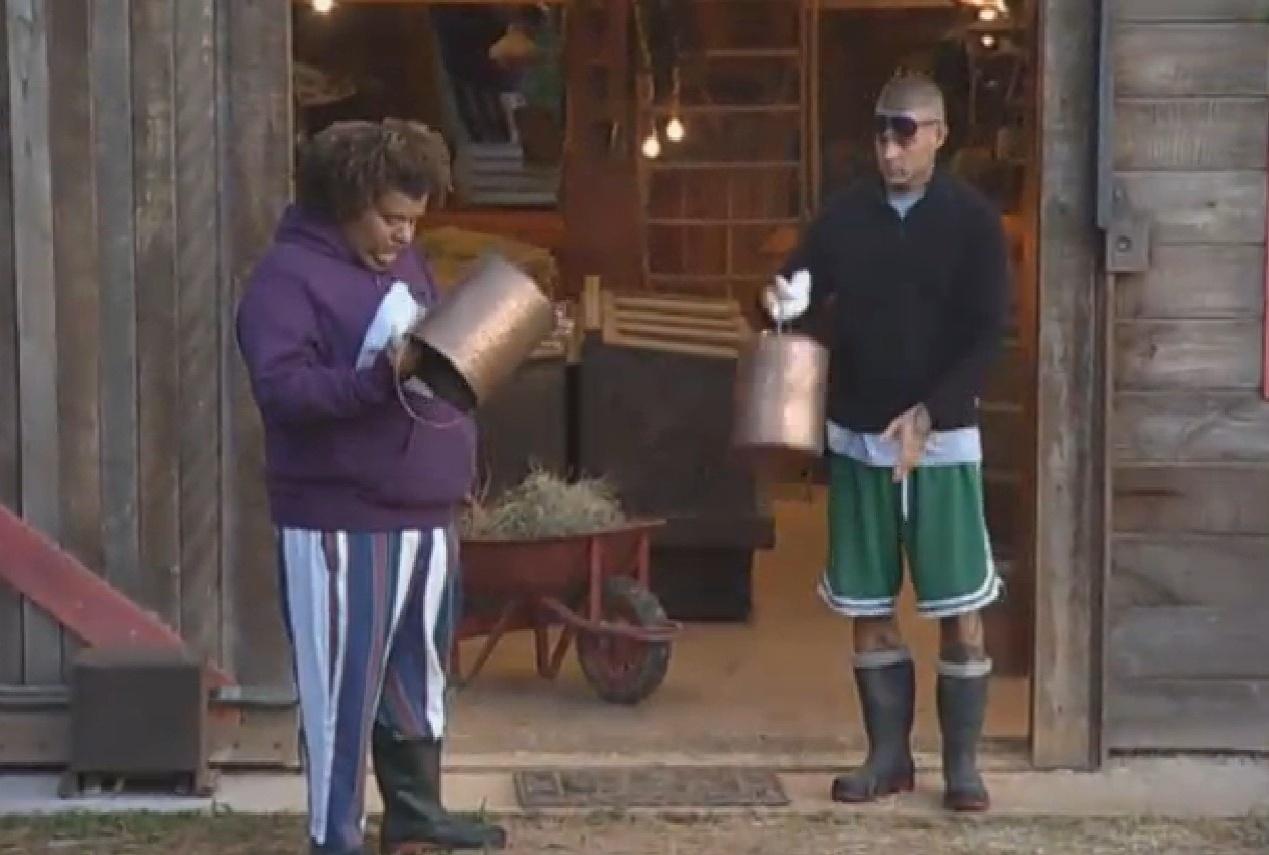30.ago.2013 - Gominho e Mateus Verdelho se preparam para cuidar dos animais