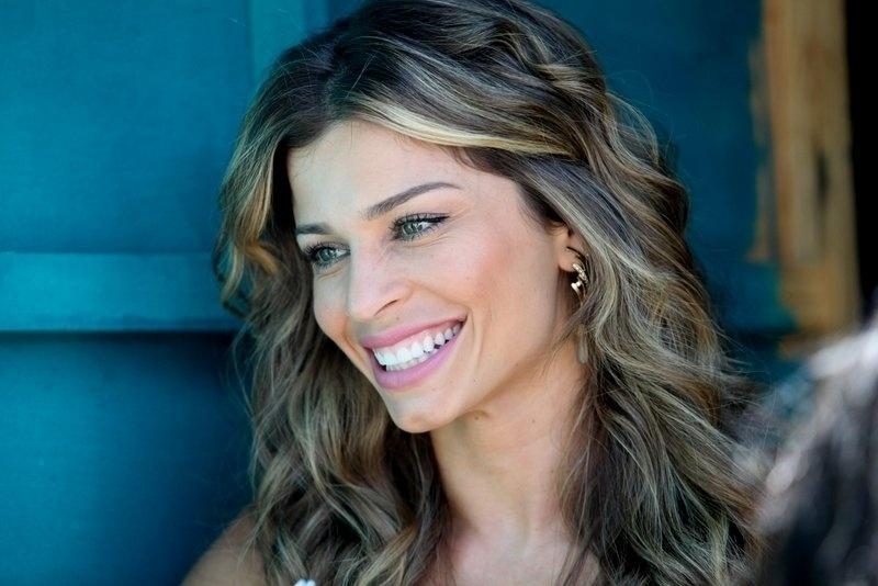 30.ago.2013 - Grazi Massafera sorri durante gravações da novela