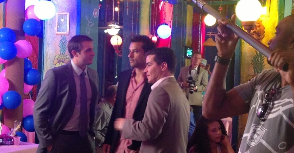 """30.ago.2013 -  Jogador de futebol Fred conversa com os atores Max Fercondini (à dir.) e Thiago Martins (à esq.), durante gravação da novela """"Flor do Caribe"""""""
