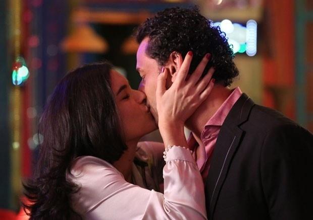 """30.ago.2013 - O jogador do Fluminense Fred grava cena de beijo com a atriz argentina Moro Anghileri (Cristal) em """"Flor do Caribe"""""""