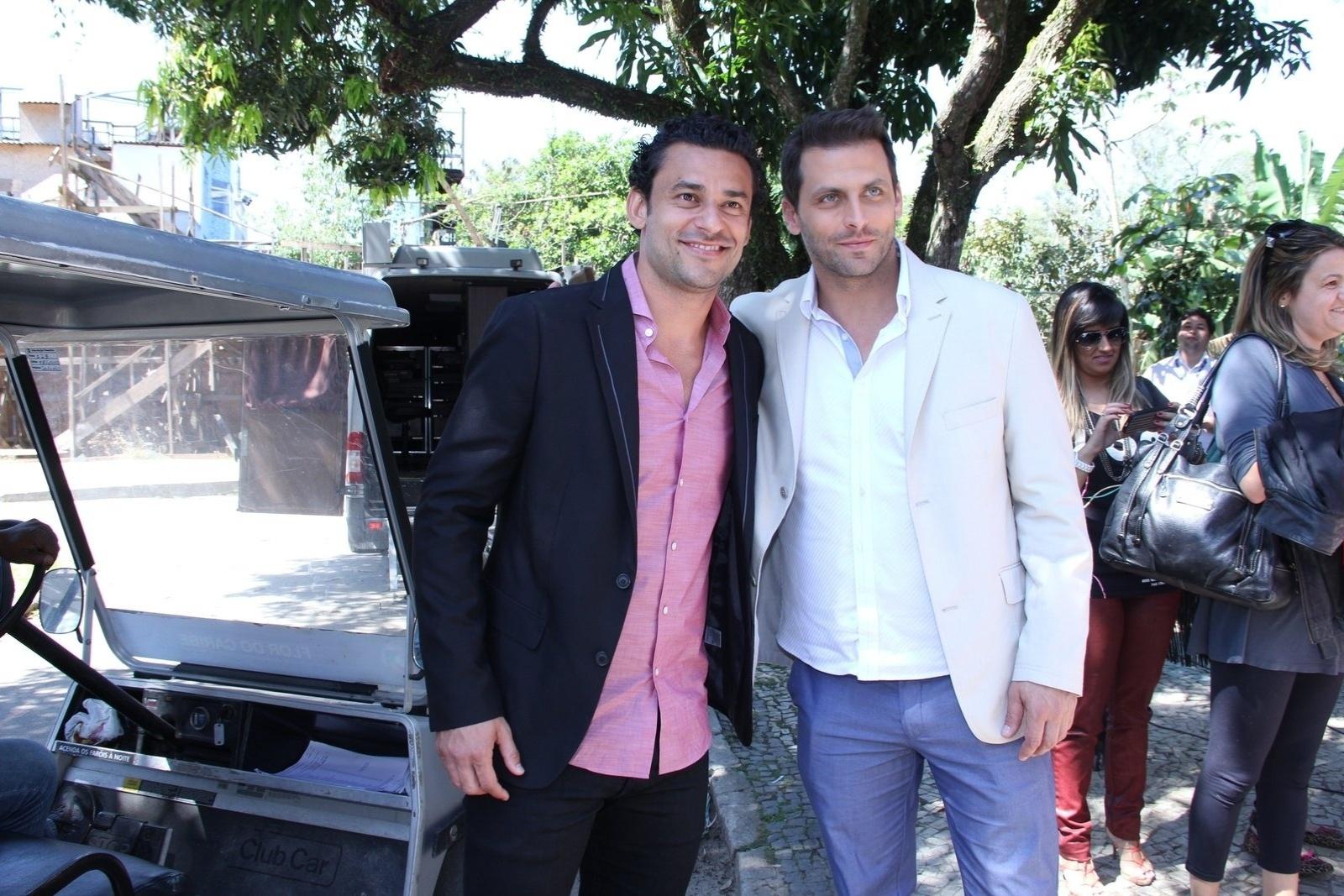 30.ago.2013 - O jogador do Fluminense Fred posa com Henri Castelli durante gravações da novela