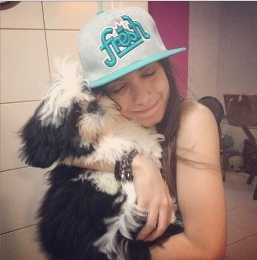 30.ago.2013- Com a agenda lotada, Anitta aproveita tempo livre para mimar o cachorro Alfredo