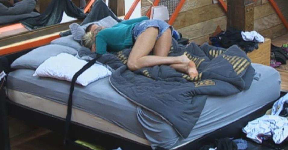 31.ago.2013 - Bárbara Evans e Mateus Verdelho deitam para dormir depois do almoço