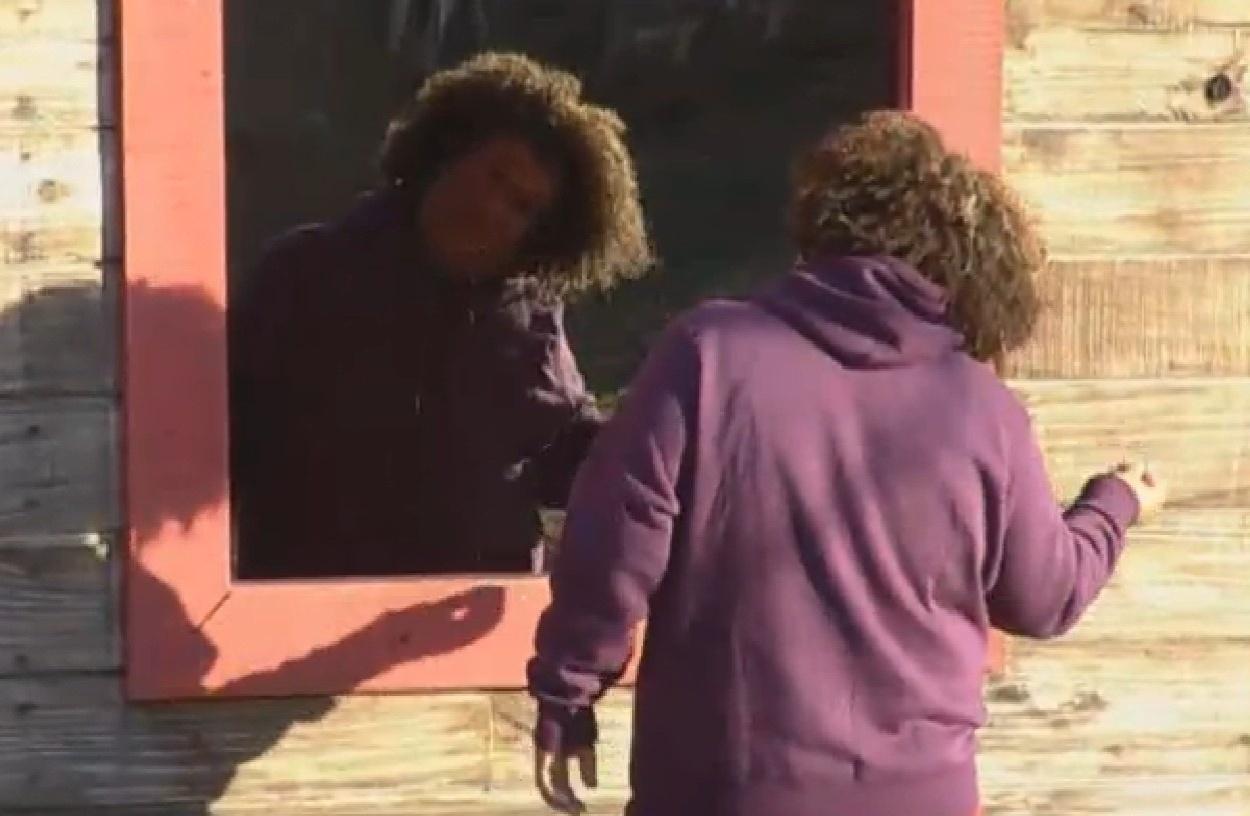 31.ago.2013 - Durante atividade do dia, Gominho para em frente ao espelho e dá um retoque no visual
