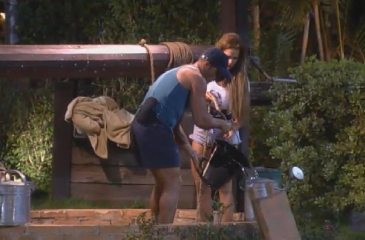 31.ago.2013 - Marcão e Denise enchem baldes com água para serem usados na casa