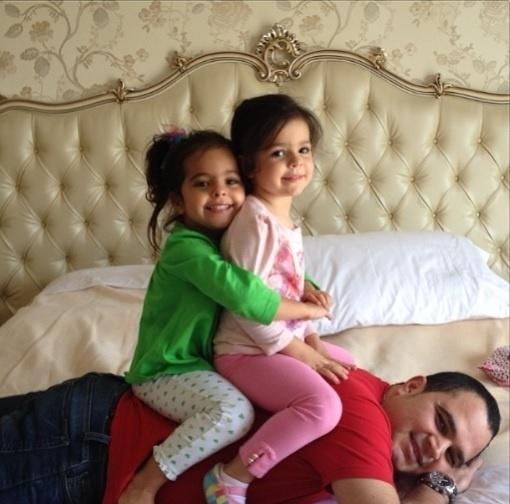 02.ago.2013 - O cantor Luciano aproveitou um momento de folga para se divertir com as filhas gêmeas Isabella e Helena: