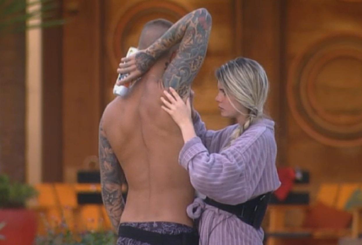 02.set. 2013 - Bárbara apara pelos das axilas de Mateus