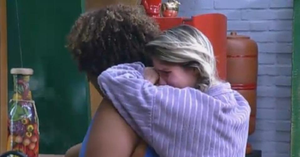 02.set.2013 - Bárbara chora na cozinha e é consolada por Gominho