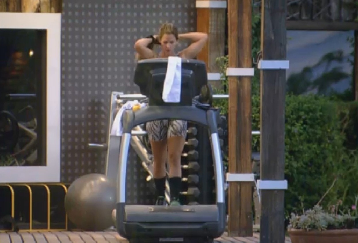 02.set.2013 - Denise malha pesado para manter as curvas