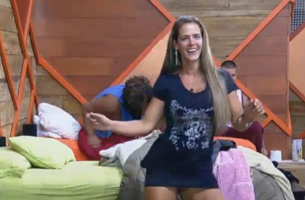 02.set.2013 - Denise Rocha dança ao som de música ambiente no quarto da sede