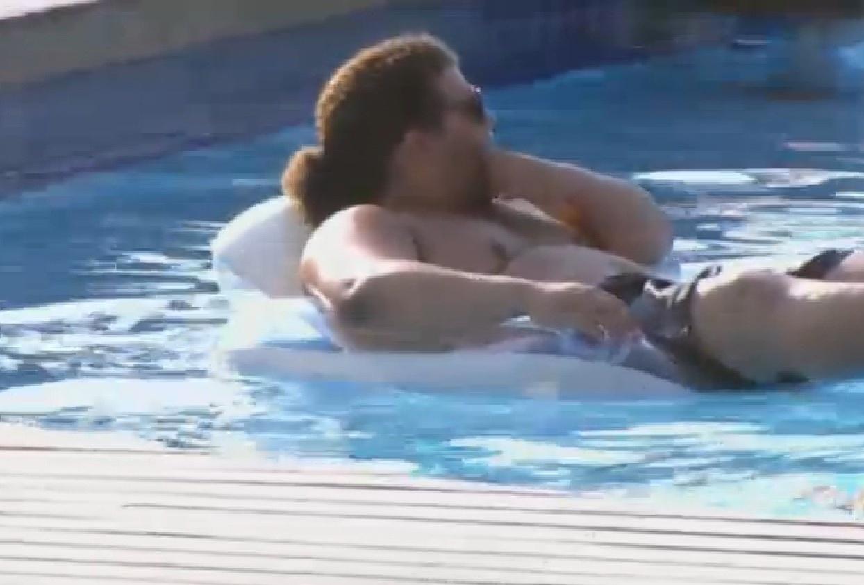02.set.2013 - Gominho aproveita tarde de sol na piscina