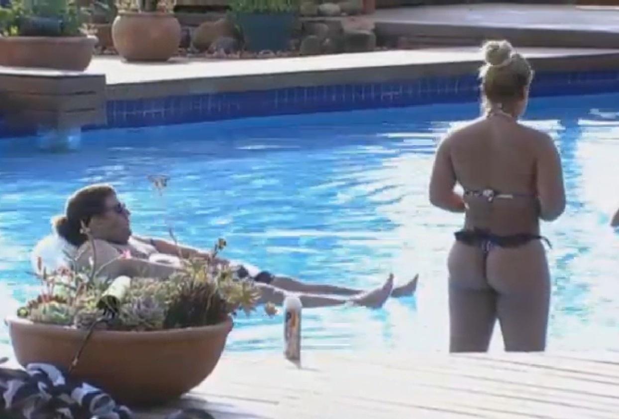 02.set.2013 - Gominho e Mulher Filé curtem calor do interior de São Paulo na piscina