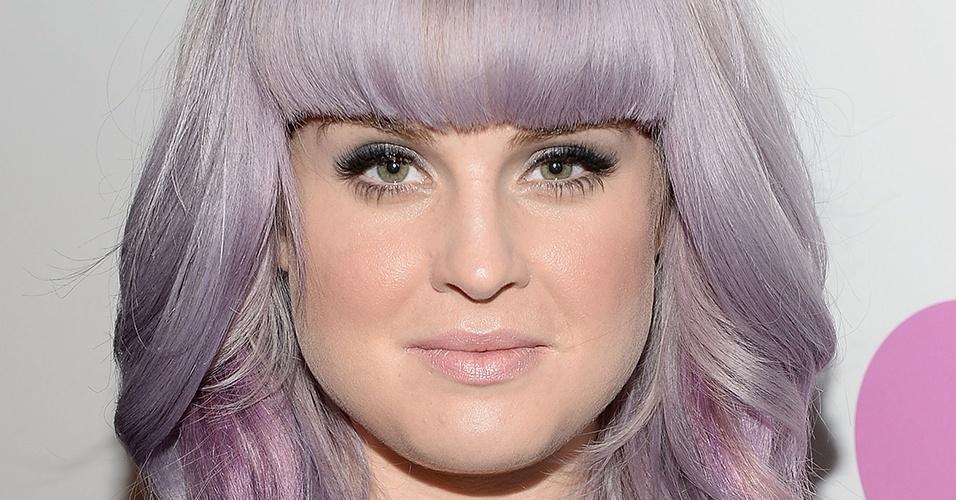 Setembro - Além da cor extravagante, a apresentadora Kelly Osbourne decidiu inovar também no corte. Agora, ela exibe franja reta, na altura da sobrancelha