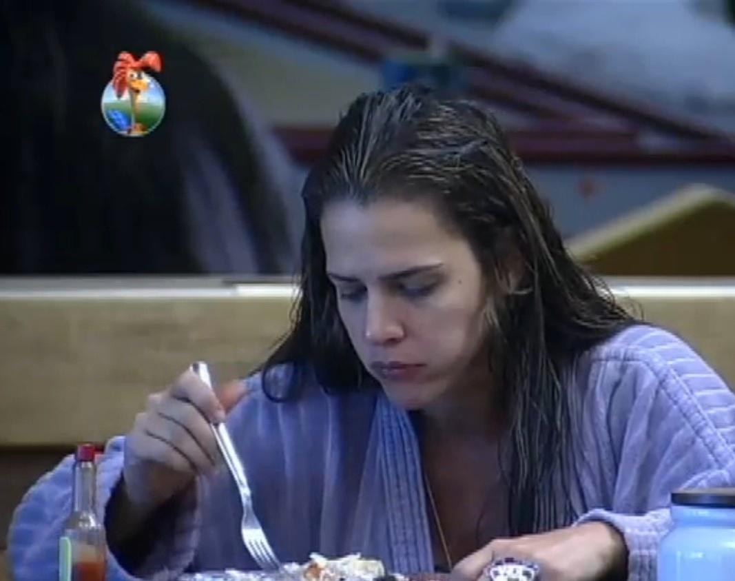 02.set.2013 - Denise Rocha comendo o peixe que Bárbara Evans preparou