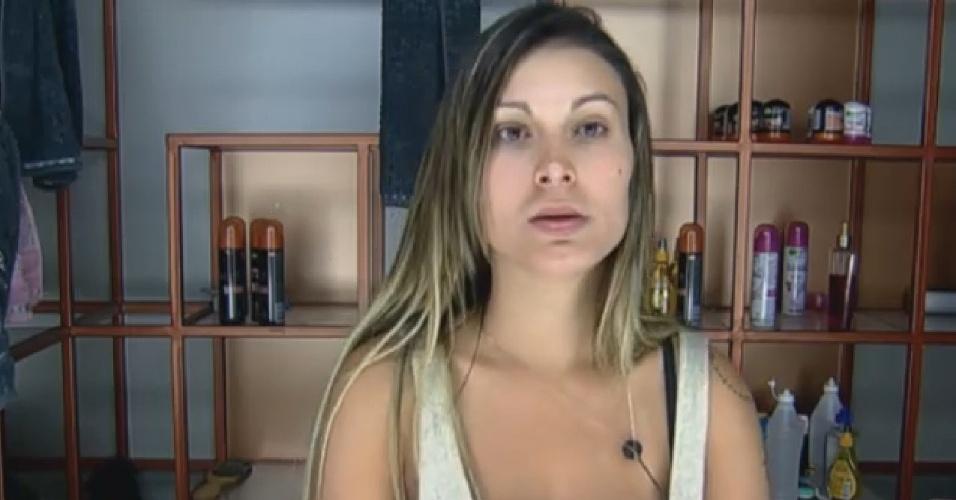 03.set.2013 - Andressa Urach lavando o rosto de manhã