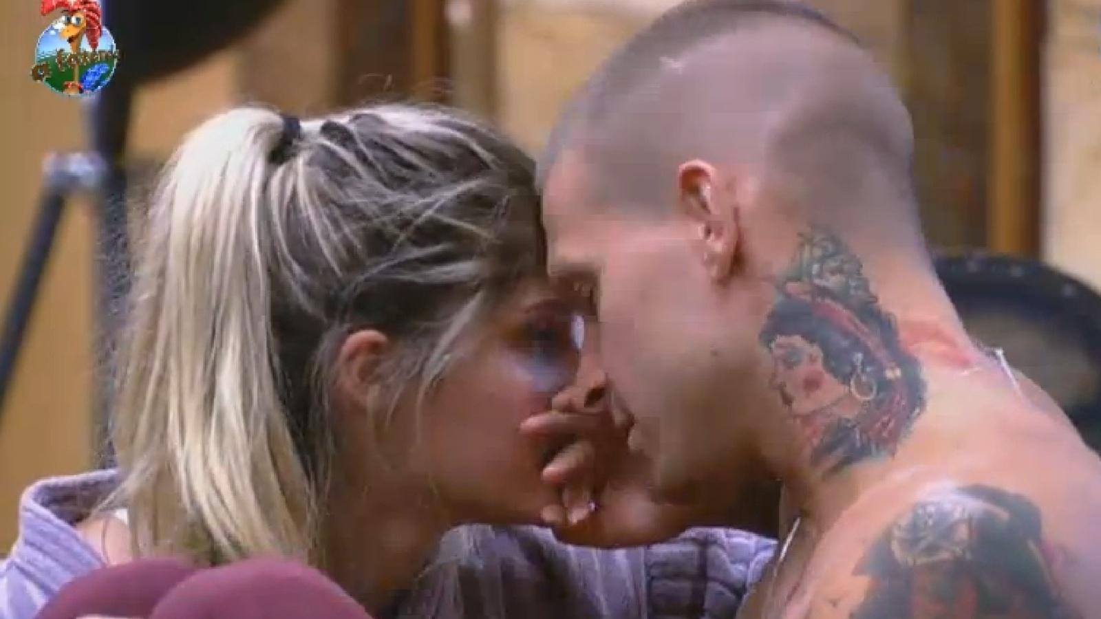 03.set.2013 - Bárbara Evans e Mateus Verdelho aproveitam clima de romance no reality show