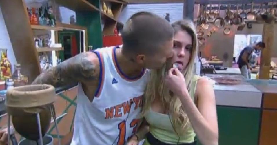 03.set.2013 - Mateus Verdelho dá beijo em Bárbara Evans