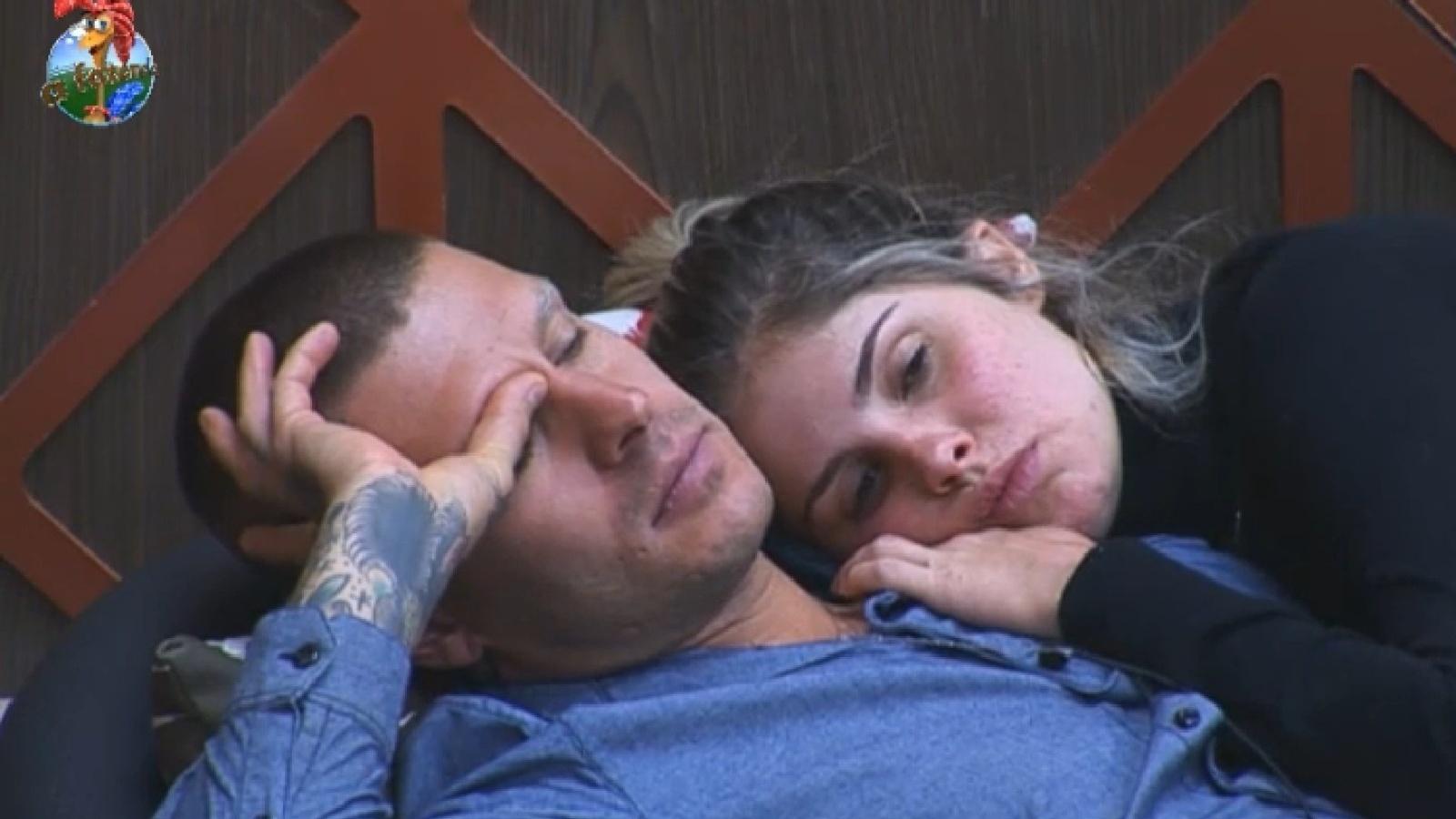 03.set.2013 - Mateus Verdelho e Bárbara Evans deitam abraçados na sede