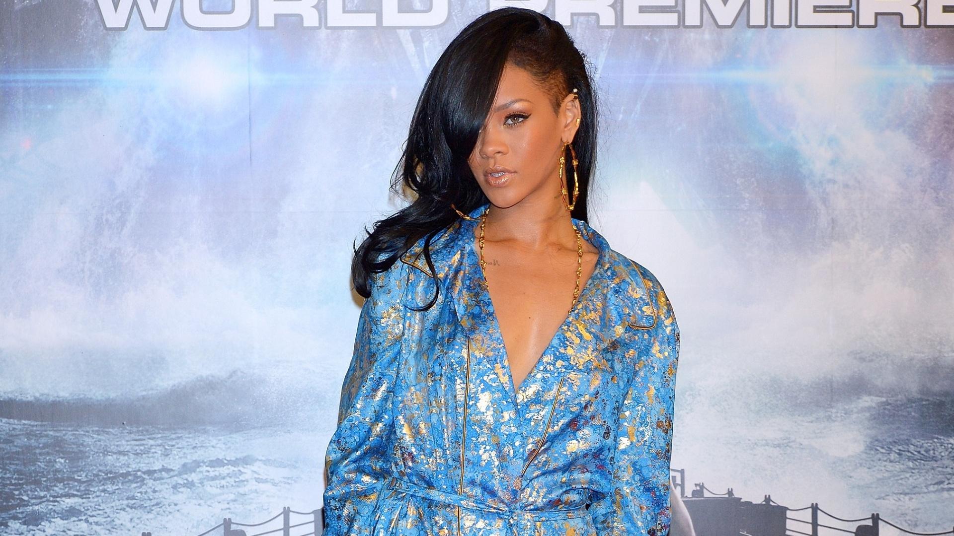 3.abr.2013 - A cantora Rihanna vai de pijama à première de