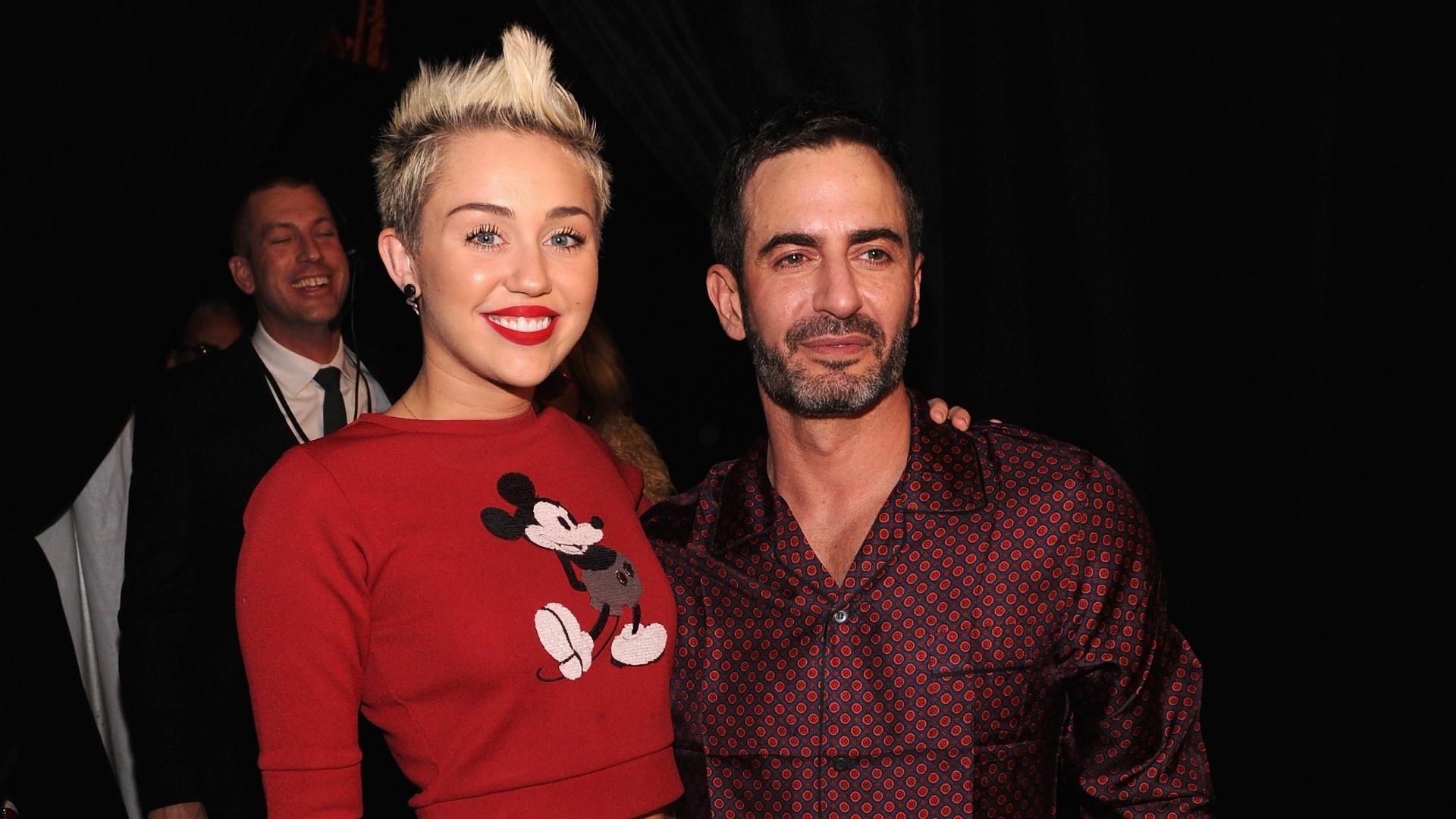 12.fev.2013 - O estilista Marc Jacobs posa ao lado de Miley Cyrus usando um pijama vinho estampado durante a semana de moda de NY