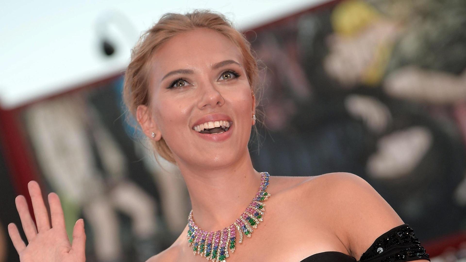 3.set..2013 - A atriz Scarlett Johansson acena para os fotógrafos na chegada para a exibição de