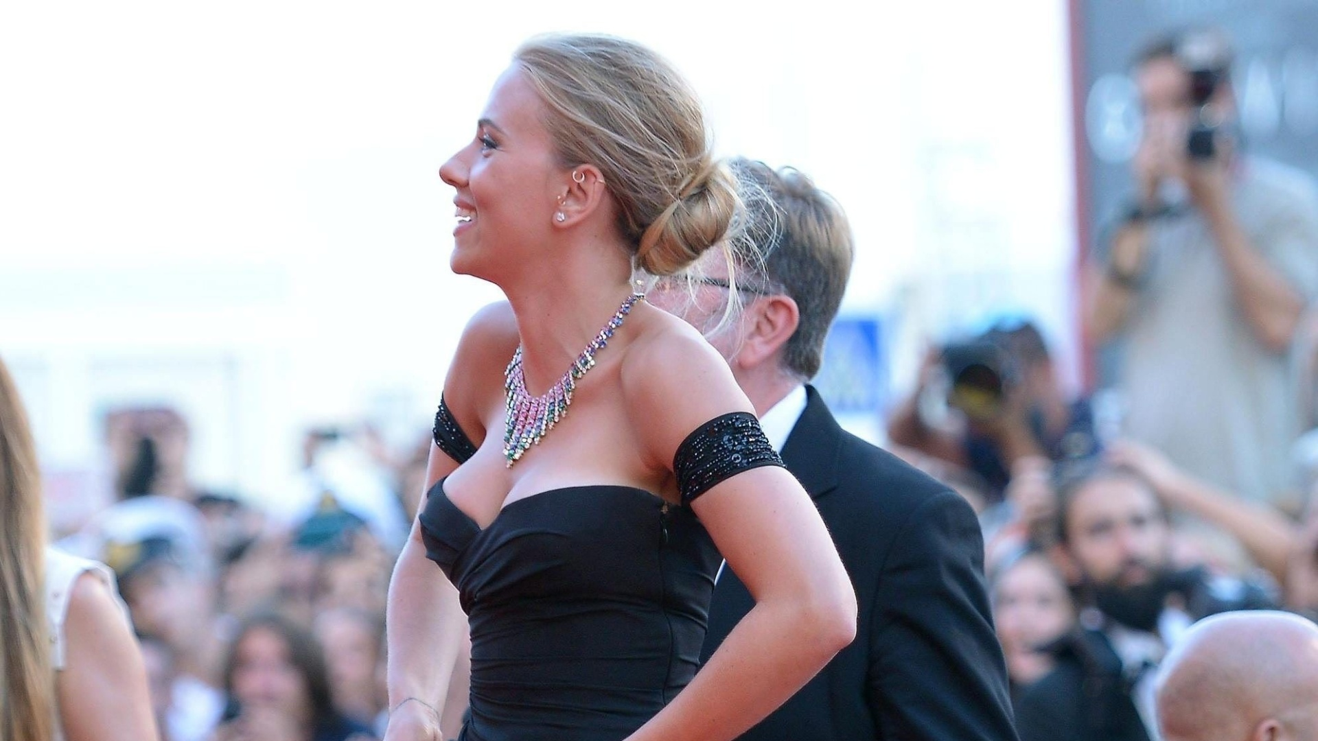 3.set..2013 - Filme no qual a atriz Scarlett Johansson vive uma anielíngena caninal foi vaiado no Festival de Veneza; atriz posa para fotos no tapete vermelho