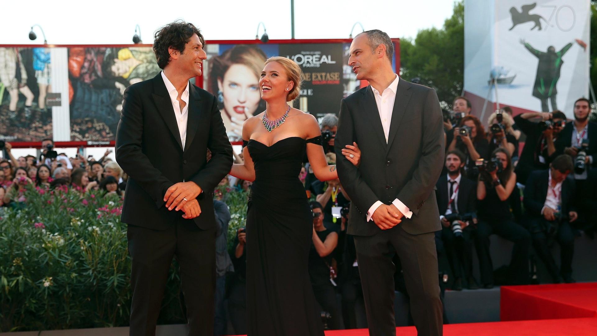 3.set..2013 - O diretor Jonathan Glazer, a atriz Scarlett Johansson e o produtor James Wilson na chegada para a exibição de