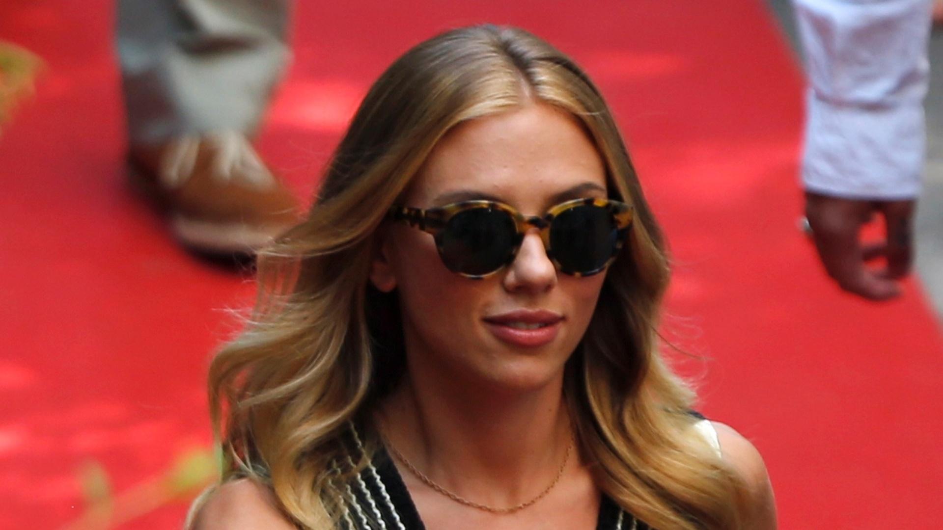 3.set.2013 - Scarlett Johansson chega ao Festival de Veneza para promover o filme