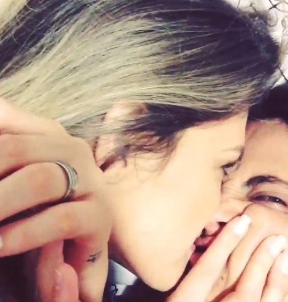 3.set.2013 - Thammy faz aniversário e ganha beijo da namorada