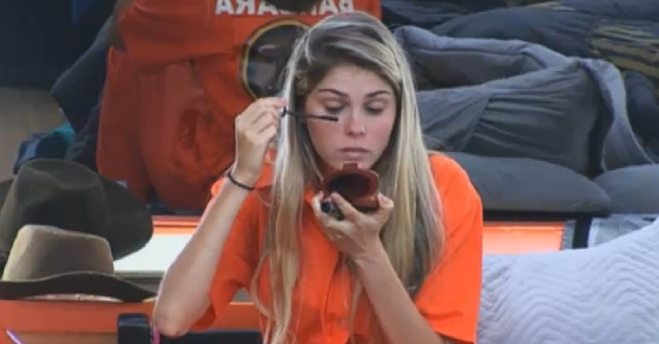 04.set.2013 - Bárbara Evans se maquiando para realizar a prova do carro