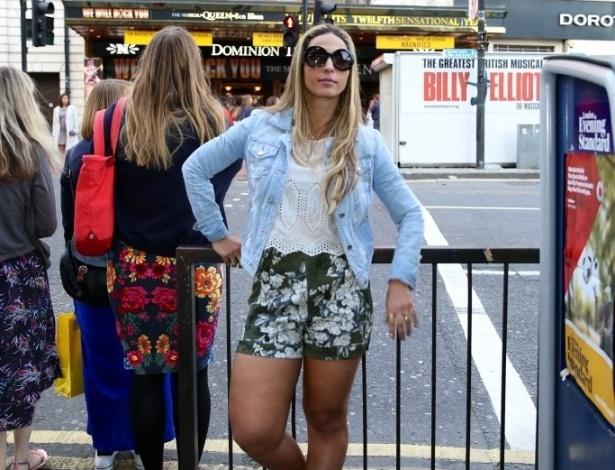 1.set.2013 - Em turnê pela Europa, Valesca Popozuda se diverte em pontos turísticos de Londres